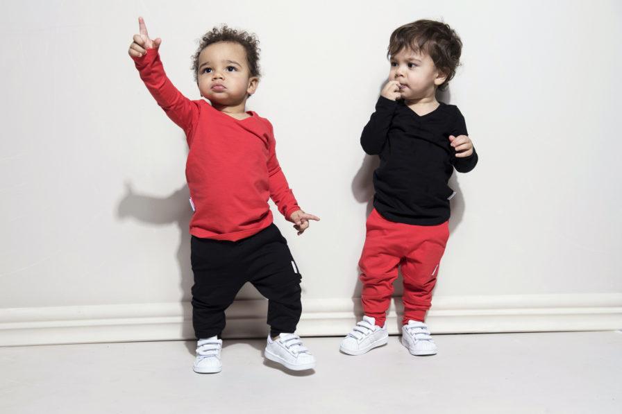 Zwei kleine Jungen mit Kleidern von Gugguu