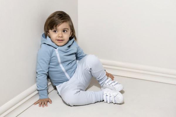 ein Kind mit hellblauen Hosen von Gugguu, nachhaltig hergestellt