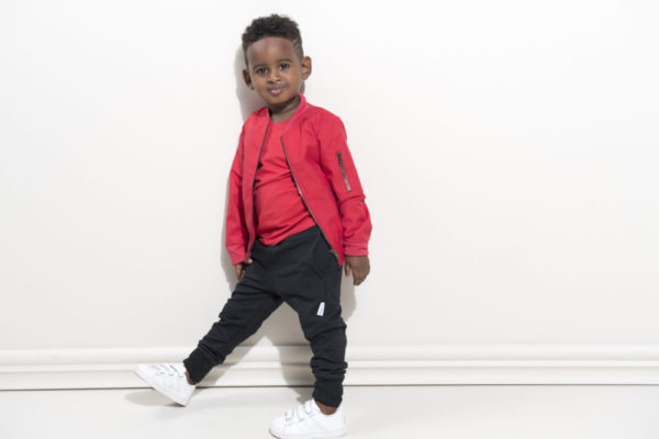 Ein Junge mit Kleidern von Gugguu