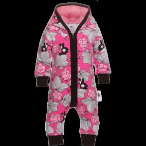 Baby Overall Hilda mit Kaputze, Farbe Pink, Muster Häschen im garten, Marke Paapii, Biobaumwolle, nachhaltig hergestellt