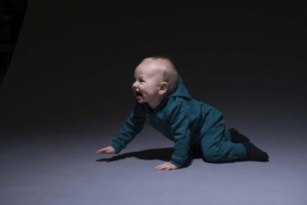 Jumpsuit oder Overall für Kinder mit Kaputze in dunkel grün von der Marke Aarrekid, nachhaltig hergestellt