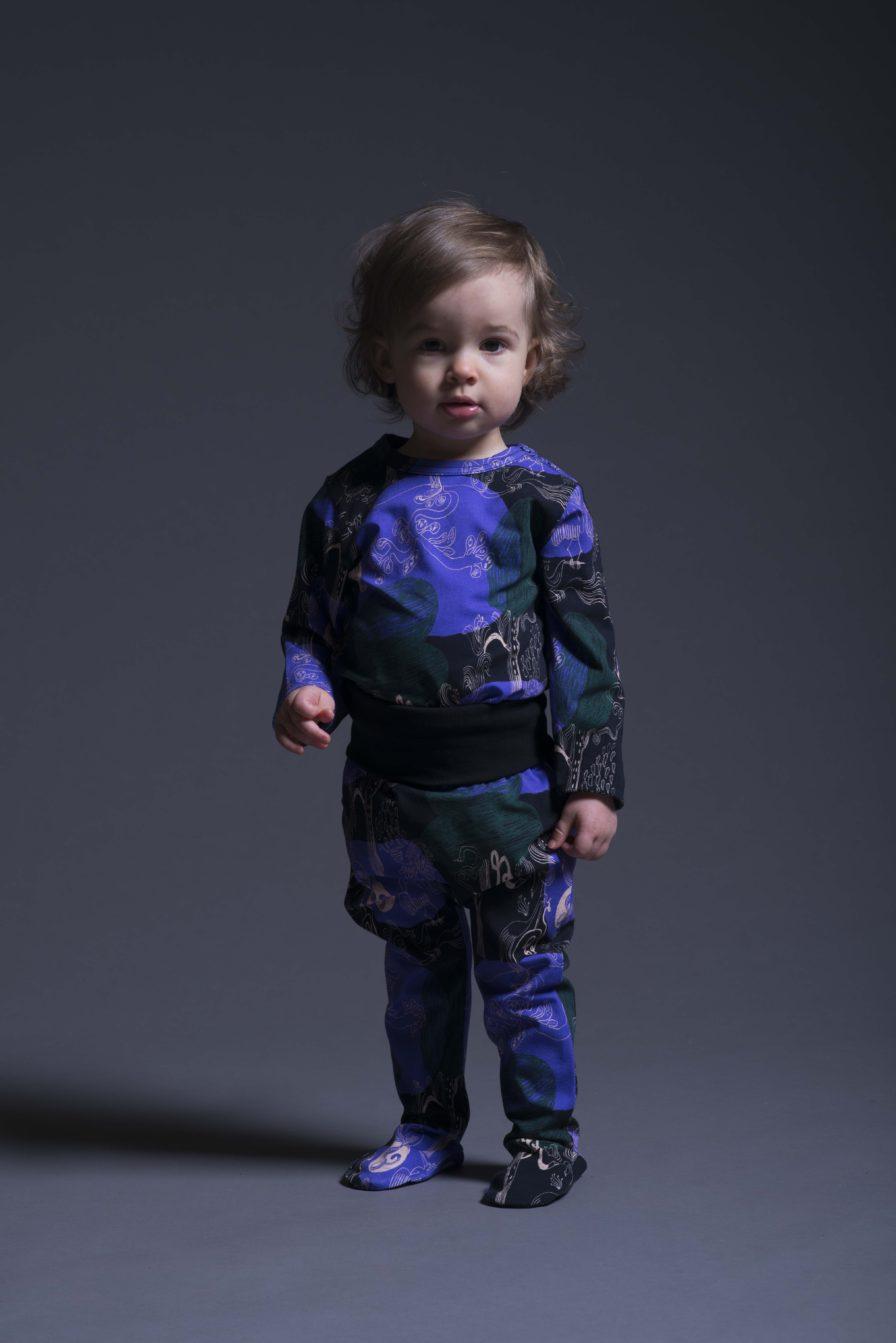 Baby Strampler Hose Hide and Seek mit Füsschen von der Marke Aarrekid, nachhaltig hergestellt