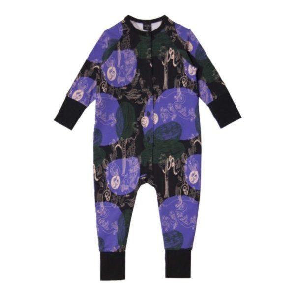 Ein Overall oder Jumpsuit für kleine Kinder von der Marke Aarrekid in dunkel blau und grün, nachhaltig hergestellt