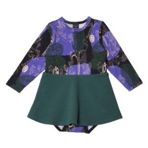 ein Body kleid für Baby von der Marke Aarrekid in dunkel blau und grün, nachhaltig hergestellt