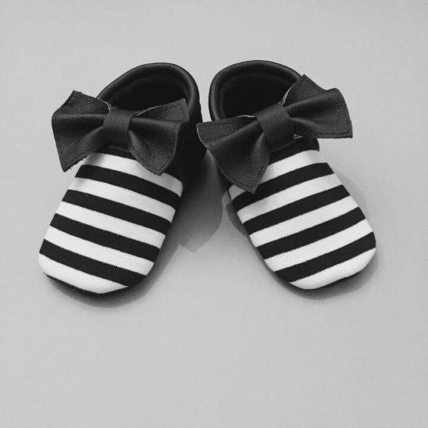 Ökologische Lederfinken für Babys von FMAM mit einer schwarzen Schleife und schwarzweissen Streifen