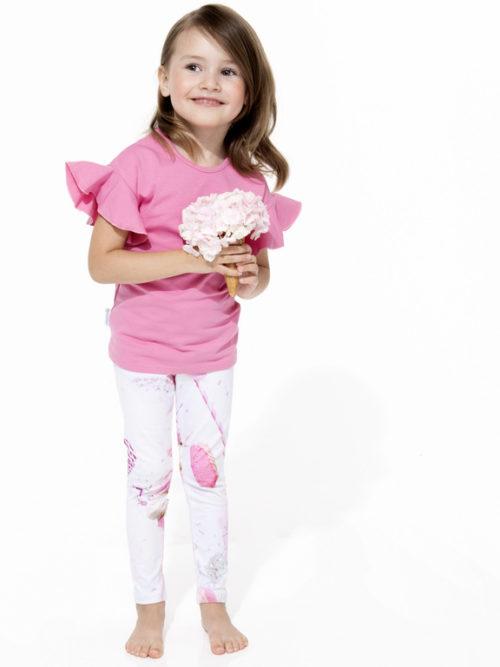 Dieses Kinder T-Shirt hat einen schönen, schmalen Schnitt und lustige Rüschenärmeln. Der Jerseystoff ist qualitativ sehr hochwertig und angenehm weich.