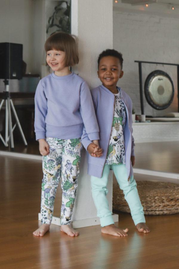 EIn Mädchen und Junge mit Kleidung von Aarrekid