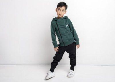 Ein Junge mit einer Kapuzenjacke Moss green von gugguu