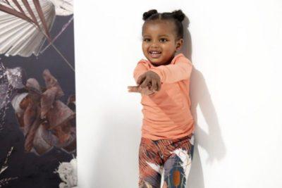 Ein kleines Mädchen mit einem Langarmshirt von Guggu