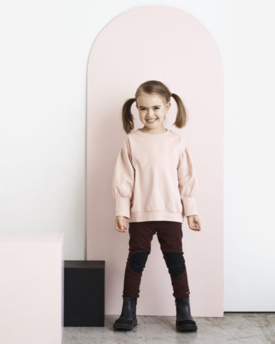 Ein Mädchen mit einem Pullover Spongy in rosa von der Marke Papu