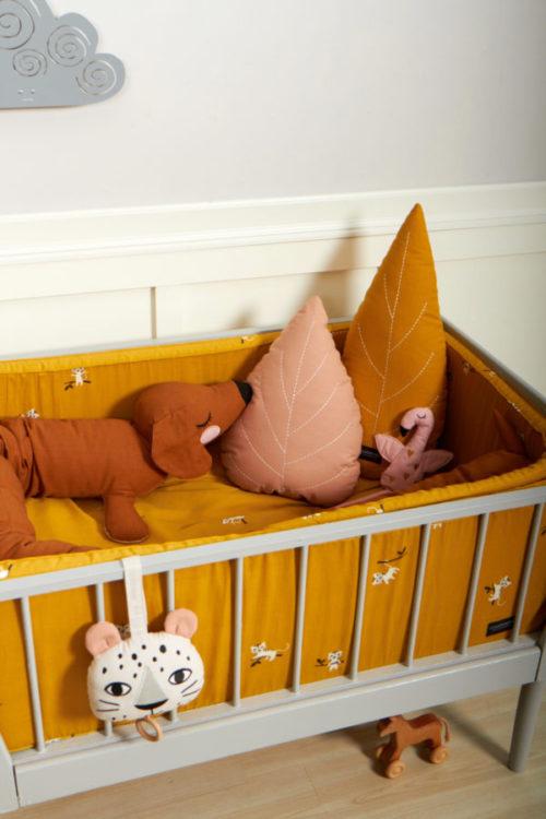 Ein Babybett mit einer Bettschlange Lazy long dog