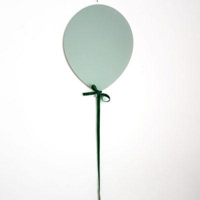 Ein Ballon aus Holz in Himmelblau an der Kinderzimmerwand