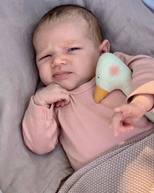 Ein Baby mit dem Rassel Lea von Saga Copenhagen